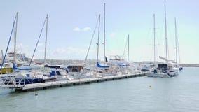 De boten en de privé jachten rusten in jachthavenhaven in Paphos op een zonnige winderige dag stock video