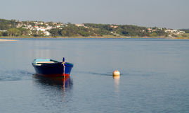 De boten in het water van Foz doen Arelho Stock Fotografie