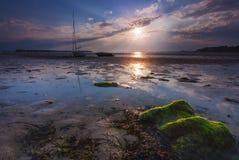 De boten liggen hoog - en - drogen op de kust bij Zandbanken Stock Afbeeldingen