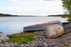 De boten liggen op de banken van de rivier Royalty-vrije Stock Afbeelding