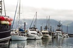 De boten trekt zich van een dok in de visserijwateren terug van Alaska royalty-vrije stock foto