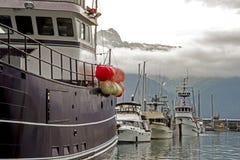 De boten trekt zich van een dok in de visserijwateren terug van Alaska royalty-vrije stock afbeelding