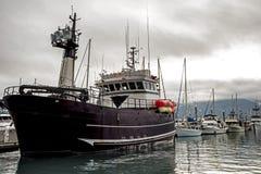 De boten trekt zich van een dok in de visserijwateren terug van Alaska royalty-vrije stock fotografie