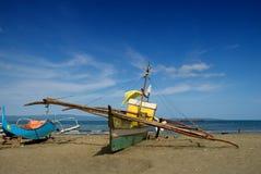 De boten van Aziatische vissers op strand Royalty-vrije Stock Foto