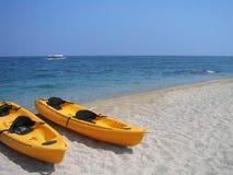 De boten van de banaan door de kust Royalty-vrije Stock Foto's