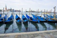 De Boten van de gondel op groot kanaal Venetië Italië Stock Afbeeldingen