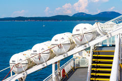 De boten van de het levensveiligheid op een overzeese veerboot Royalty-vrije Stock Foto's