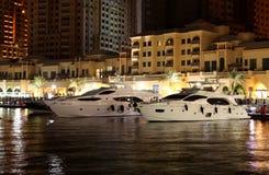 De boten van de luxe die in parel Qatar worden geherbergd stock foto