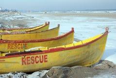 De boten van de redding op bevroren strand stock afbeeldingen