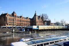 De boten van de reis dichtbij Nederlands station, Amsterdam Stock Fotografie