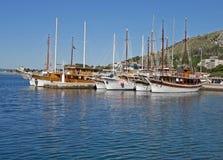 De boten van de toerist in haven Omis royalty-vrije stock foto