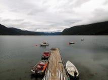 De Boten van de de Fjordpier van Langfjordnoorwegen stock afbeelding