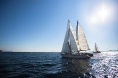 De boten van het luxejacht bij het Overzees Het varen regatta stock foto