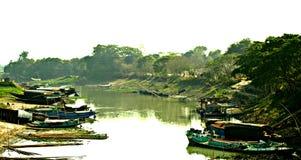 de boten van het rivierdorp chanel greeen royalty-vrije stock afbeelding