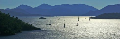De boten van het zeil bij baaien van Gocek Stock Fotografie