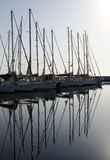 De boten van het zeil in de jachthaven royalty-vrije stock fotografie