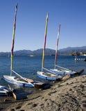 De boten van het zeil op strand stock foto's