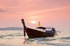 De boten van Longtail tegen een zonsondergang. Stock Afbeeldingen