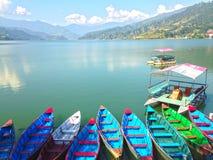 De boten van de Multicoloretoerist van Meer Pheva stock fotografie