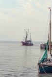 De boten van Noordzeegarnalen Royalty-vrije Stock Afbeeldingen