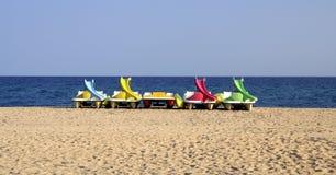 De boten van Pedalos op het strand Stock Afbeeldingen