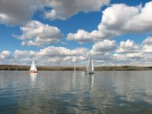De Boten van Saing van het meer Royalty-vrije Stock Foto's