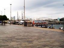 De boten van Turisticpassagiers bij de haven van Barcelona stock fotografie