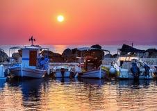 De boten van zonsopgangvissers Stock Foto's