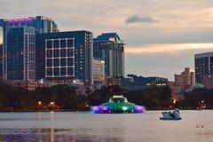 De boten van de zwaanpeddel voor huur bij het Park van Meereola en kleurrijke fontein op mooie zonsondergang stock foto's