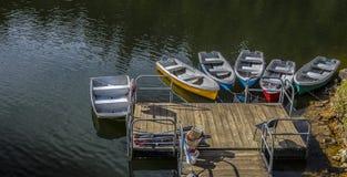 De boten voor recreatieve centra parkeren witte stenen in oostelijke Antioquia stock afbeelding