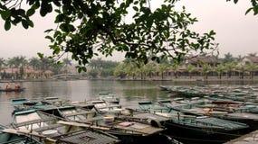 De boten wachten op toeristen stock afbeeldingen