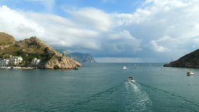 De botenvlotter van de toeristenmotor in de baai stock video