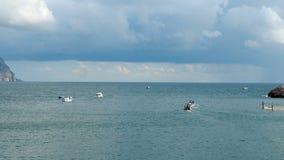 De botenvlotter van de toeristenmotor in de baai stock videobeelden