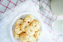 De boterkoekjes dienen met melk stock foto
