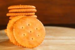De boteropstelling van de koekjescracker op houten achtergrond Stock Foto