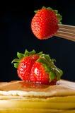 De boterpannekoek van de aardbei met honing Stock Foto