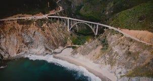 De bourdonnement tir panoramique aérien étonnant de stupéfier le pont et la route 1, destination américaine célèbre de crique de  banque de vidéos
