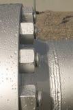 De bouten bij de van een flens voorzien verbinding Stock Afbeeldingen