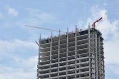 De bouw in aanbouw en zware kraan op dakbovenkant in zonnige dag Stock Foto's