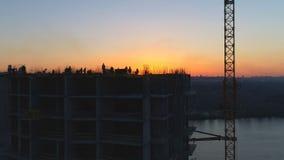 De bouw in aanbouw met arbeiders stock video