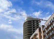 De bouw in aanbouw met een kraan Royalty-vrije Stock Foto's