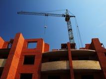 De bouw in aanbouw met kraan Stock Afbeeldingen