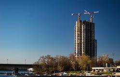 De bouw in aanbouw op een blauwe achtergrond met metro br Stock Afbeelding