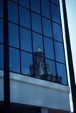 De bouw die in de een andere bouw wordt weerspiegeld Stock Afbeeldingen