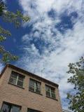 De bouw en blauwe hemel Stock Foto
