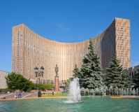 De bouw en de fontein van het kosmoshotel in Moskou Royalty-vrije Stock Foto