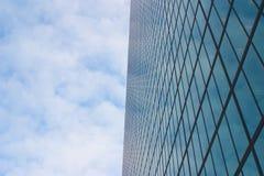 De bouw en grote hemel met wolken Royalty-vrije Stock Afbeelding