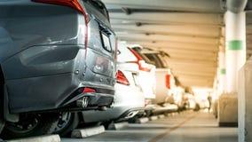 De bouw en het exemplaarruimte van het autoparkeerterrein met gloed lichteffect stock afbeeldingen