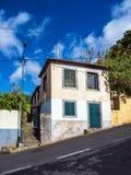 De bouw en steil weg in Funchal op het eiland Madera, Portugal royalty-vrije stock afbeelding