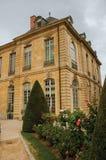 De bouw en de tuinen van Rodin Museum op bewolkte dag in Parijs Stock Afbeeldingen